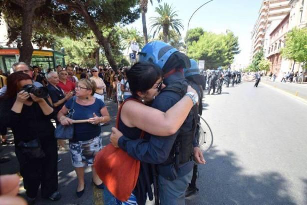 abbracciopolicewoman